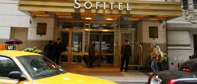 Sofitel met notamment en cause les déclarations du journaliste concernant deux employés de l'hôtel de Manhattan.
