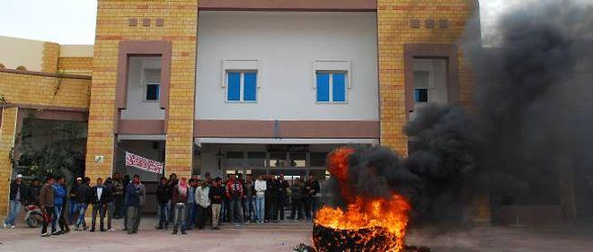 À Gafsa, le taux de chomâge atteint 40 %. Des manifestants tentent d'attirer l'attention de l'État sur leur situation.