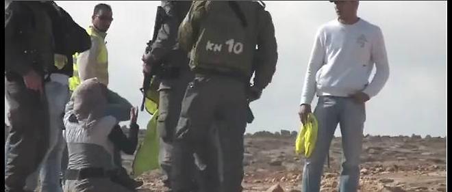 Une jeune fille est arrêtée avant la destruction de sa maison par l'armée.