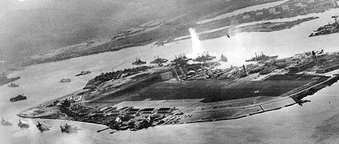 Photo prise durant l'attaque de Pearl Harbor le 7 décembre 1941, depuis un avion japonais.