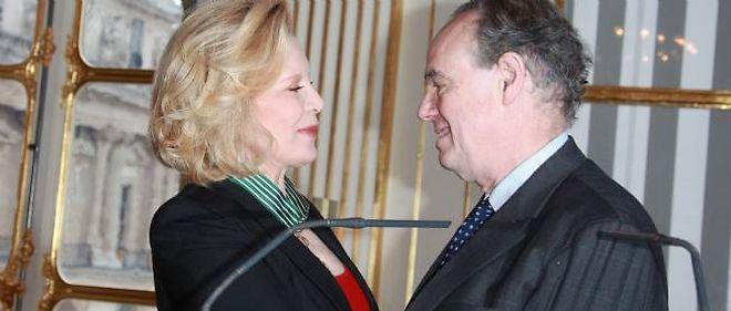 Le ministre de la Culture Frédéric Mitterrand a remis mercredi les insignes de commandeur des Arts et Lettres à Sylvie Vartan.