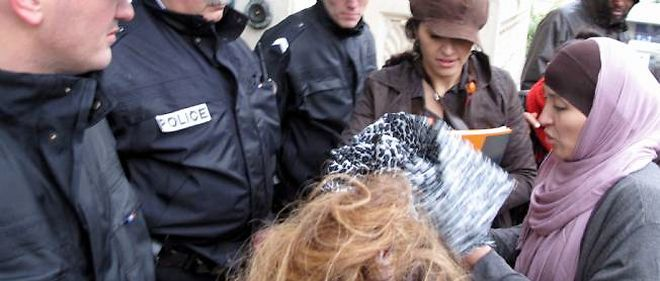 Fatima Atif, l'employée licenciée, lors de son arrivée au tribunal des prud'hommes en novembre 2010.