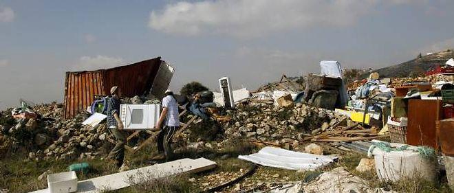 Des colons se réinstallent après la destruction par l'armée d'une colonie illégale à Mitzpe Yitzhar, près de  Naplouse.
