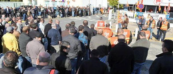 Assemblée générale des salariés, en octobre, devant la raffinerie dont l'activité est menacée.
