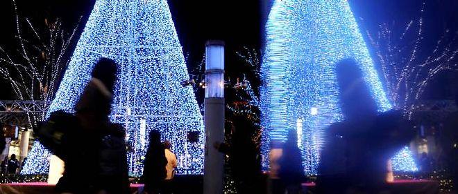 Un arbre de Noël émetteur d'iode a été installé à Fukuoka, pour les victimes de la catastrophe.