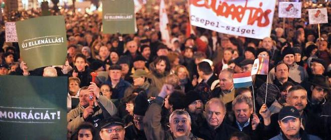 Des dizaines de milliers de personnes ont manifesté lundi soir à Budapest contre le Premier ministre conservateur Viktor Orban.