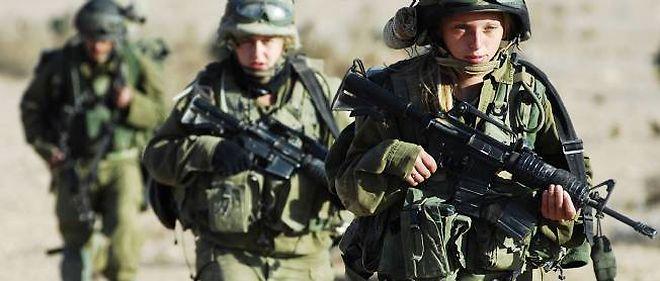 Pour ne pas entendre des femmes soldats chanter, des élèves officiers ont quitté, en manifestant bruyamment, une cérémonie militaire.