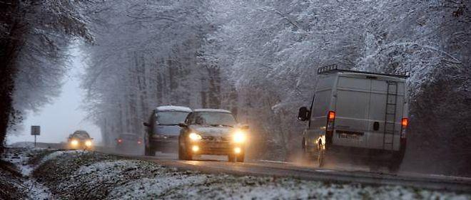 La neige et le verglas rendent les conditions de circulation difficiles dans plusieurs régions de France.