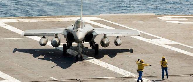 Un Rafale sur le Charles de Gaulle durant les opérations militaires en Libye.