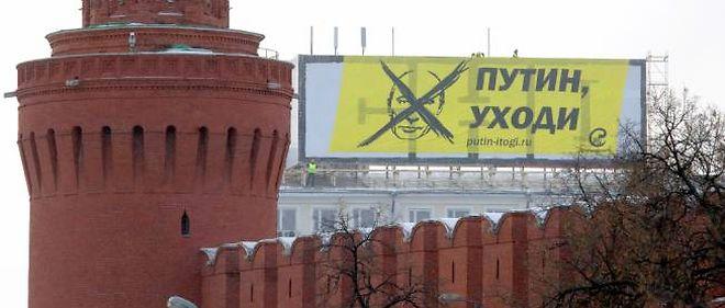 """""""Poutine, pars !"""", est-il écrit sur cette banderole, affichée mercredi matin en face du Kremlin."""