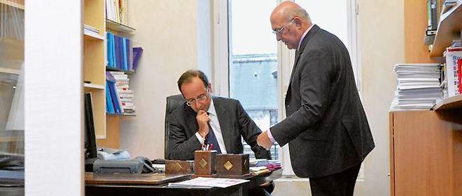 Revue de presse dans le bureau de Michel Sapin, à l'Assemblée nationale, le 22 décembre 2011.