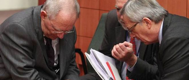 Conciliabule entre Jean-Claude Juncker (à droite), ministre luxembourgeois des Finances, et Wolfgang Schäuble, son homologue allemand, le 9 février.