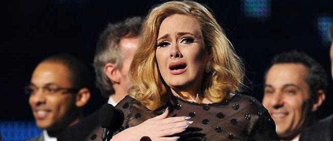 La chanteuse britannique Adele est montée sur scène pour la première fois depuis son opération des cordes vocales.