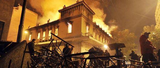 De nombreuses violences ont eu lieu à Athènes dimanche soir, près du parlement, à la suite du vote du programme économique d'austérité.