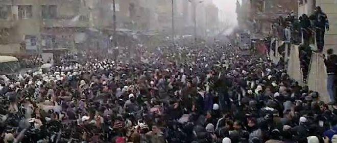 Les manifestants samedi, sous la neige, à Damas.
