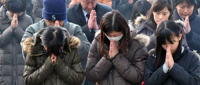 Prière collective devant un mémorial érigé à Ottawa en mémoire des victimes du tsunami de 2011.