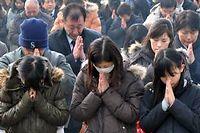 Priere collective devant un memorial erige a Ottawa en memoire des victimes du tsunami de 2011. (C)Kazuhira Nogi