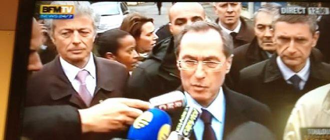 Claude Guéant, à la sortie de l'immeuble de Mohamed Merah.