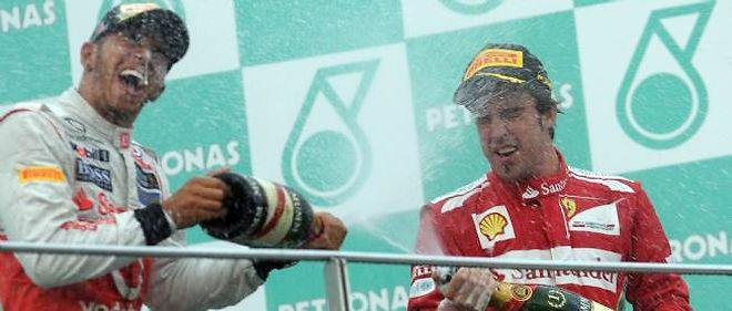 Fernando Alonso fête sa victoire au Grand Prix de Malaisie avec Lewis Hamilton.
