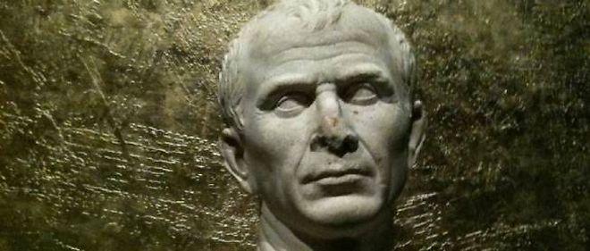 César quitte provisoirement Arles pour monter au Louvre.