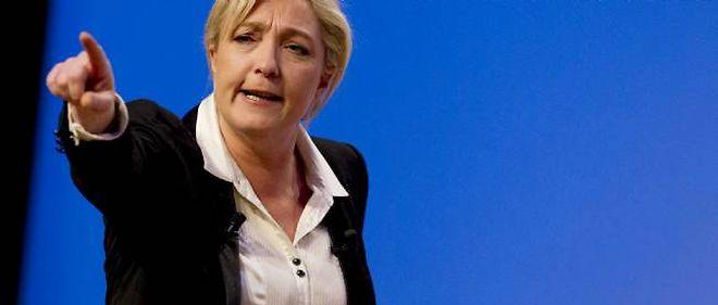 """Marine Le Pen renvoie dos à dos Hollande et Mélenchon, les accusant d'avoir """"trahi"""" les classes populaires et ouvrières."""