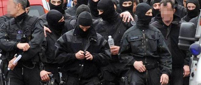 Les hommes du Raid quittent la rue du Sergent-Vigné jeudi 22 mars après l'assaut contre l'appartement où était retranché Mohamed Merah.