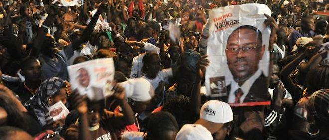 Scène de liesse à Dakar devant le QG de campagne de Macky Sall, élu nouveau président du Sénégal.