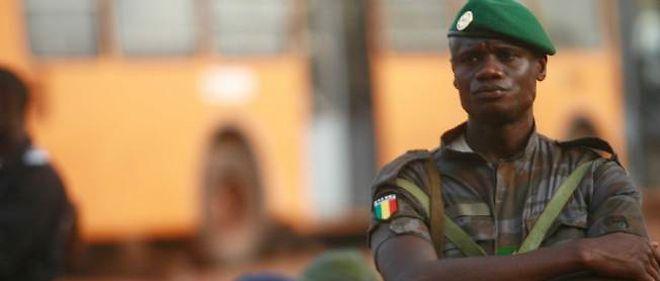 Un soldat dans les rues de Bamako.
