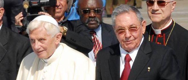 Le pape Benoît XVI a été reçu avec les honneurs par le président cubain Raúl Castro lors de son arrivée sur l'île lundi.
