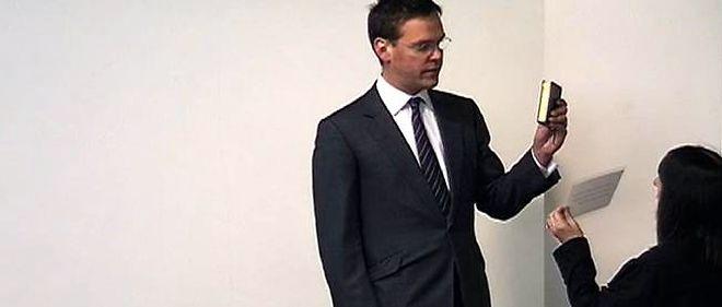 James Murdoch prêtant serment avant de témoigner devant la commission Levison.