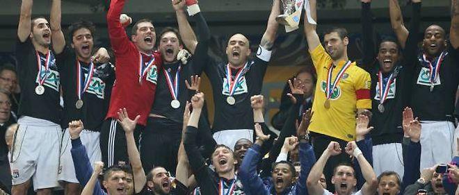 Un trophée, Lyon attendait cela depuis 2008 et le doublé Coupe-championnat réussi par Alain Perrin.