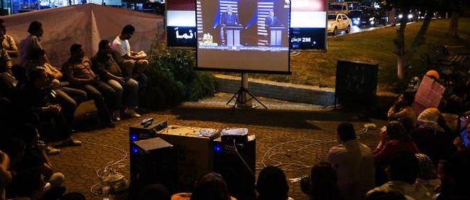 Des Égyptiens regardent le premier débat télévisé de leur histoire, jeudi soir.