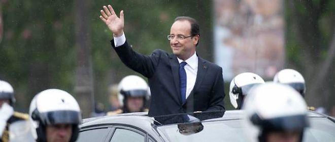 François Hollande, mardi, sur les Champs-Élysées.