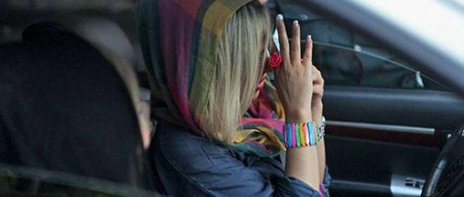 """La police iranienne sera postée dès cette semaine à l'entrée des autoroutes pour interpeller les conductrices et passagères à la tenue """"immorale""""."""