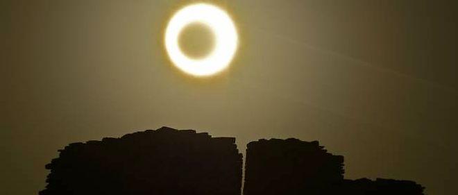 b78a3ddad9ab47 Une eclipse annulaire se produit lorsque la Lune passe devant le Soleil,  mais est trop