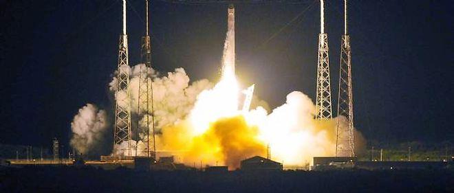 Le décollage de la fusée Falcon 9, emportant la capsule Dragon vers son orbite terrestre.
