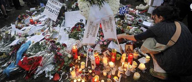 À Athènes, l'émotion des Grecs après le suicide d'un pharmacien à la retraite place Syntagma, en plein centre-ville.