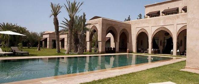 La villa comporte une superbe piscine à débordement de 21 mètres par 7 mètres.