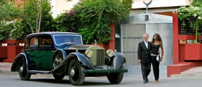 Devant le restaurant Club RR de Marrakech dont la porte d'entrée ne fait pas mystère de sa dévotion à Rolls Royce. Alain Le Mouellec pose ici avec la Phantoon ayant appartenu à Hassan II