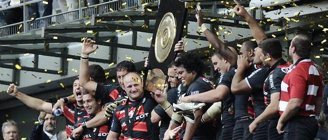 Les Toulousains soulèvent le bouclier de Brenus qu'ils remportent pour la dix-neuvième fois.