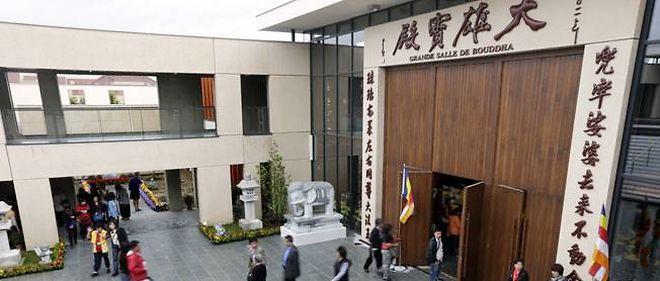 """L'entrée de la """"Grande salle de Bouddha"""" du plus grand temple bouddhiste d'Europe."""