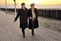 Nicolas Sarkozy et Angela Merkel sur les planches de Deauville le 18 octobre 2010. ©Philippe Wojazer