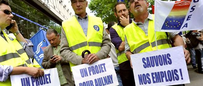 Des salariés manifestent contre la fermeture du site d'Aulnay le 28 juin à Paris devant le siège de PSA.