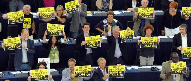 Les eurodéputés Verts célèbrent la victoire des Anti-Acta lors du vote au Parlement européen mercredi.