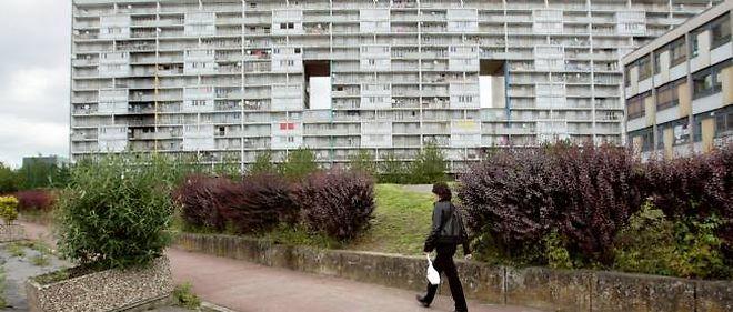 """La cité des """"4000"""" de La Courneuve (Seine-Saint-Denis). La Cour des comptes préconise que seuls les quartiers de Seine-Saint-Denis, du Val-d'Oise, de l'Essonne, des Bouches-du-Rhône, du Nord et du Rhône devraient recevoir les crédits de la politique de la ville."""