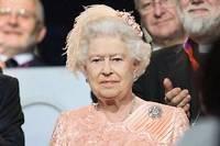Comme si de rien n'était, après la projection du court-métrage, Elizabeth II a assumé avec une dignité intacte son rôle éminemment protocolaire. ©NIVIERE/CHAMUSSY