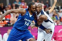 Ronny Turiaf a ployé sous l'impact athlétique de Kobe Bryant. ©Timothy A. Clary