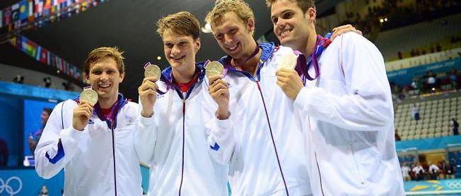 Le relais français du 4 x 200 mètres nage libre décroche l'argent, derrière les États-Unis.