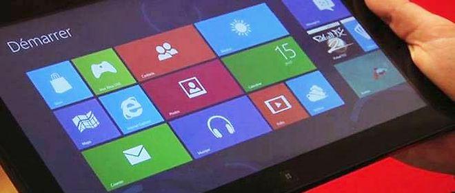 Une tablette exécutant Windows 8, avec l'interface Metro et ses carrés de couleur.