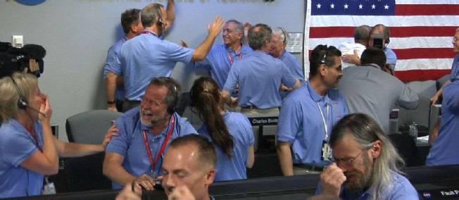 Les employés du Jet Propulsion Laboratory (JPL) de la Nasa, à Pasadena (Californie), laissent exploser leur joie et couler leurs larmes.